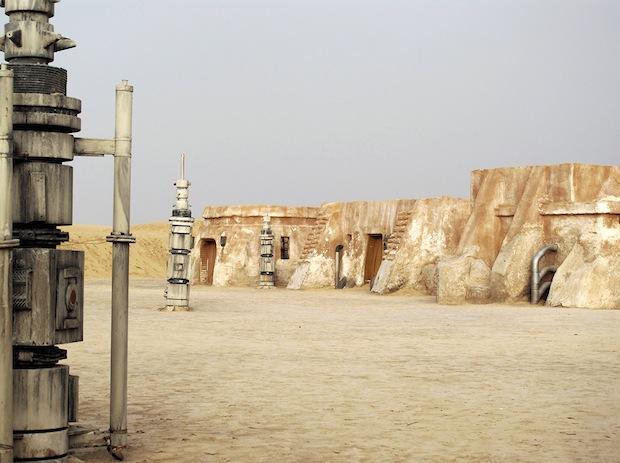 Photo Series Visits Abandoned Star Wars Film Sets in the Tunisian Desert starwars9