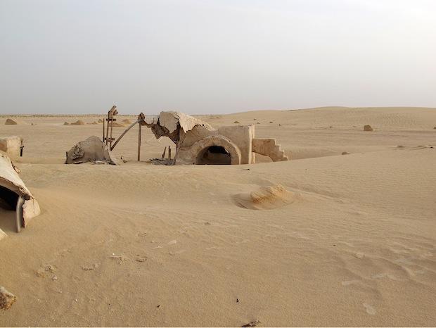 Photo Series Visits Abandoned Star Wars Film Sets in the Tunisian Desert starwars10